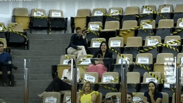 Sessão plenária é suspensa para que visitantes coloquem máscaras exigidas por protocolo
