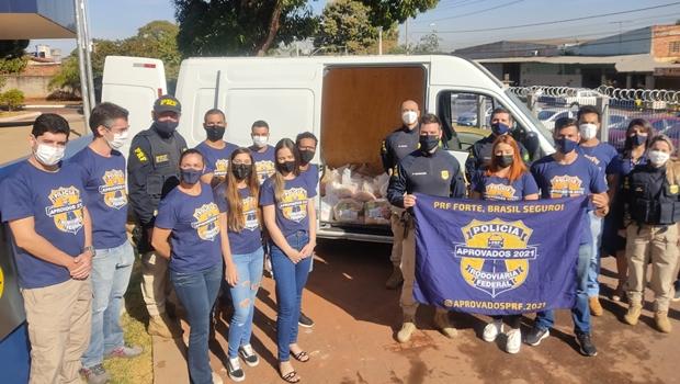 Aprovados no concurso da PRF doam cerca de uma tonelada de alimentos para a Campanha Estrada Solidária