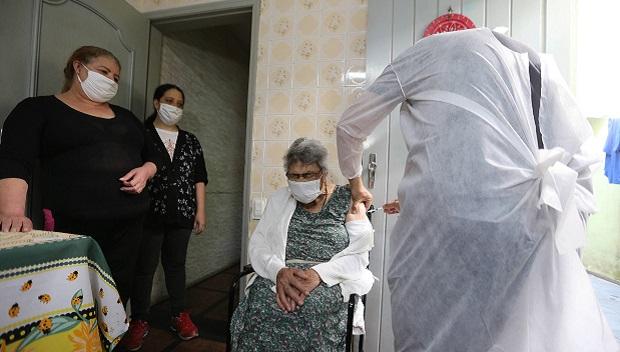 Especialistas defendem vacinas da Pfizer ou AstraZeneca para aplicação da terceira dose contra Covid