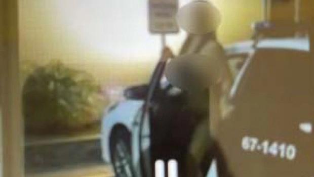Policial que tirou fotos de mulher nua dentro delegacia é afastado