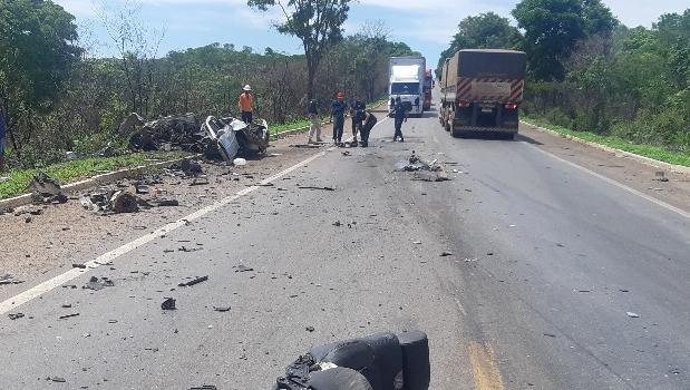 Jovem morre em acidente envolvendo carro e caminhão na BR 153, em Uruaçu