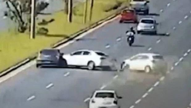 Vídeo: colisão impressionante no DF envolve três carros; dois capotam