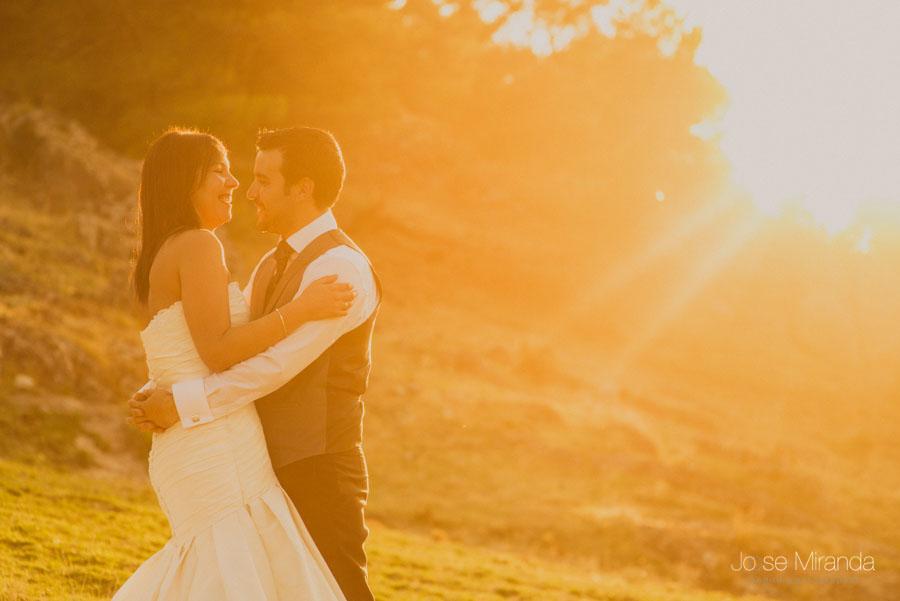 Susana y Marco y el sol al atadecer en una fotografía de post boda de Jose Miranda Jaén Martos