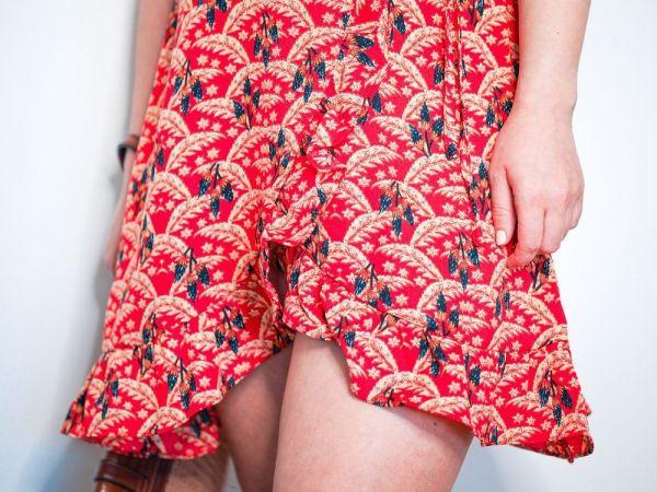 Vestido rojo cruzado estampado tropical josephine looks 4