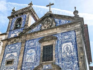 All the exterior walls of the Capela das Almas (Chapel of Souls) are  decorated with azulejo frescos.