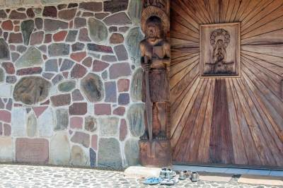 On Nuku Hiva, native motives carved on the doors of the cathedral symbolize the union of Christian and Polynesian cultures.