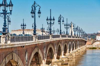 The Pont de Pierre (Stone Bridge) was the first bridge to be built over the Garonne (1819 – 1822).