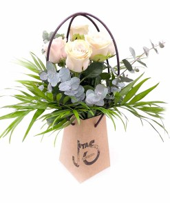 Ramo de 6 rosas blancas en jarrón ecológico