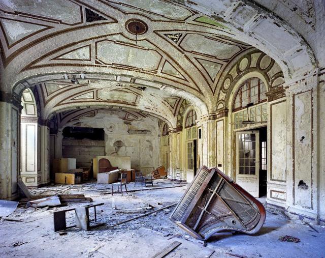 El salón de baile del Hotel Plaza, retrato de la vanidad perdida de la antaño rica Detroit.