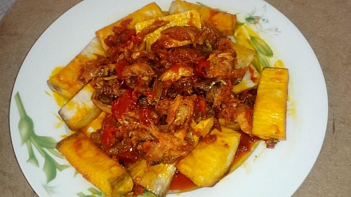 Palm oil pepper sauce with fried yam