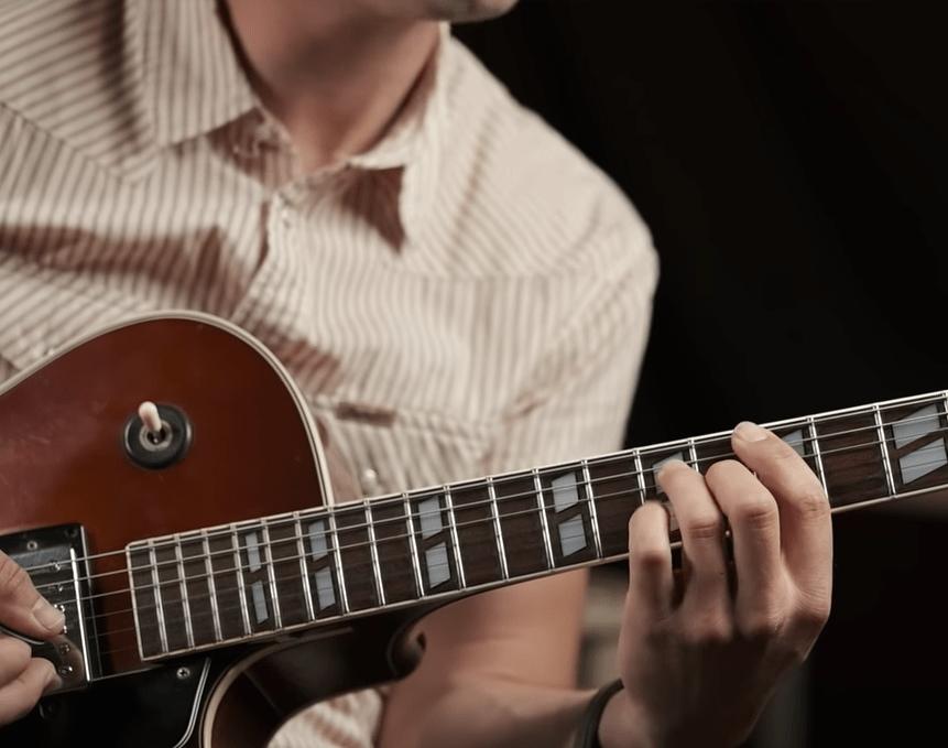 Apprendre à mélanger rythmique et solo à la guitare électrique