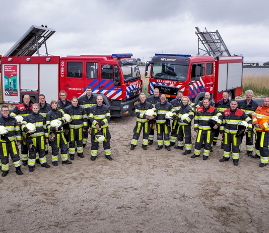 Brandweer Balk en Lemmer aan de slag bij bermbrand Lemmer