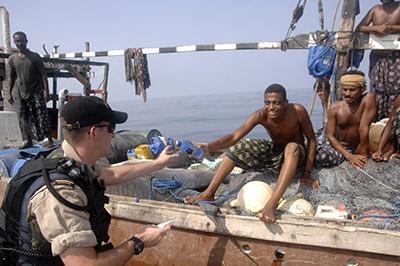 Dans le cadre de la patrouille de présence de l'OTAN menée dans l'océan Indien en 2007, une équipe déléguée du NCSMToronto rencontre un groupe de pêcheurs de requins yéménites sur leur boutre, à quelque 60kilomètres de la rive.