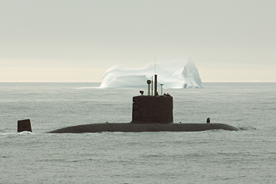 Le NCSMCorner Brook passe assez près d'un iceberg durant l'opérationNanook, en 2007.