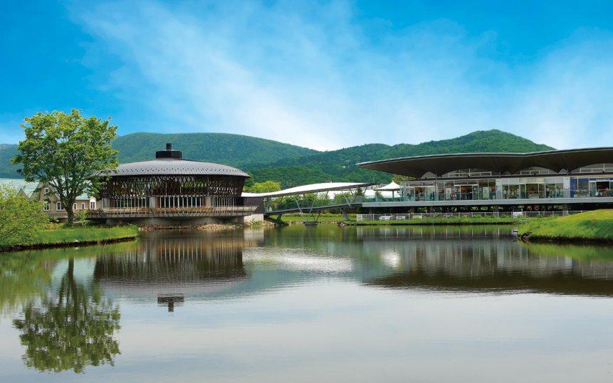 L'hôtel surplombe un lac artificiel. Crédits : prince hotel plaza