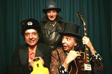 Dinho (atrás); Arnaldo Baptista e Sérgio Dias (guitarra)