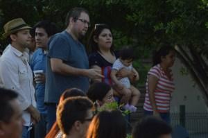 Familias escuchando el mensaje de Salvación