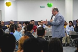Pastor Sergio Chapa compartiendo mensaje