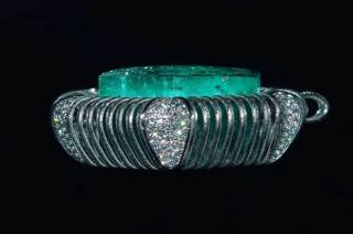 Colgante Abi | Oro 18 quilates, esmeralda de 103 quilates y 195 diamantes | Foto: Laura Márquez
