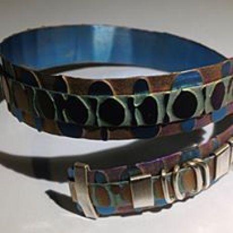 Pedro Sequeros - 2 brazalete en titanio grabado y anodizado y plata, año 2012-2016