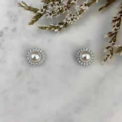 Pendientes de perla tipo botón con una orla de circonitas