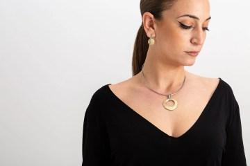 Mariel con collar eclipse barrita