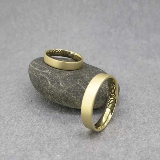 grabado huella dactilar en alianza de oro en joyería zaragoza