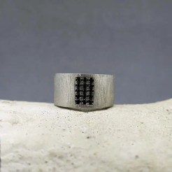 anillo plata y piedras negras