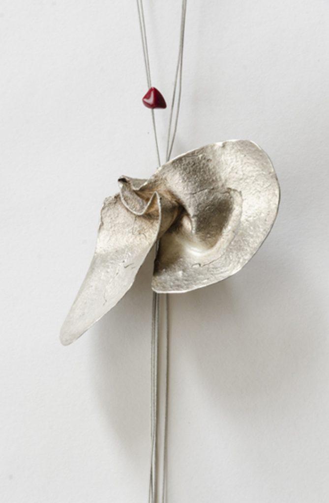 021. Metales. Collar Briznas. Plata 925, hilo de acero y corales