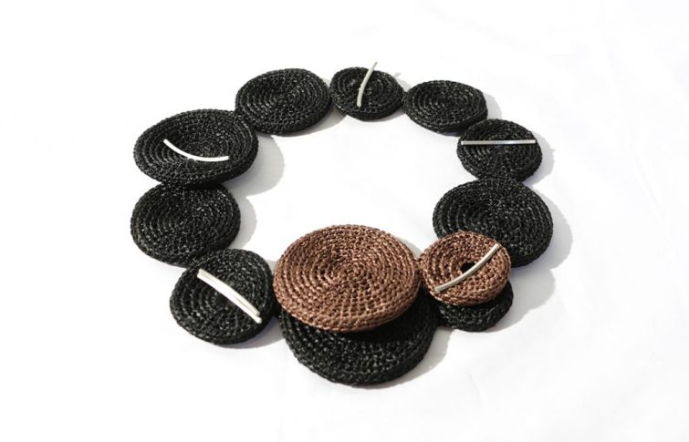 026. Textil. Collar Mundos. Desmontable. Construccion. Hilo de satin, plata 925