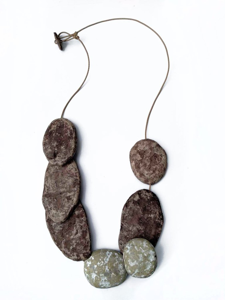 Patricia Mogni - Collar piedras chatas