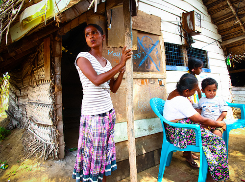 family and their hut in Sri Lanka