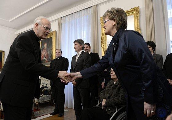 Erdő Péter pápai kitüntetést ad át Siklósi Beatrixnak