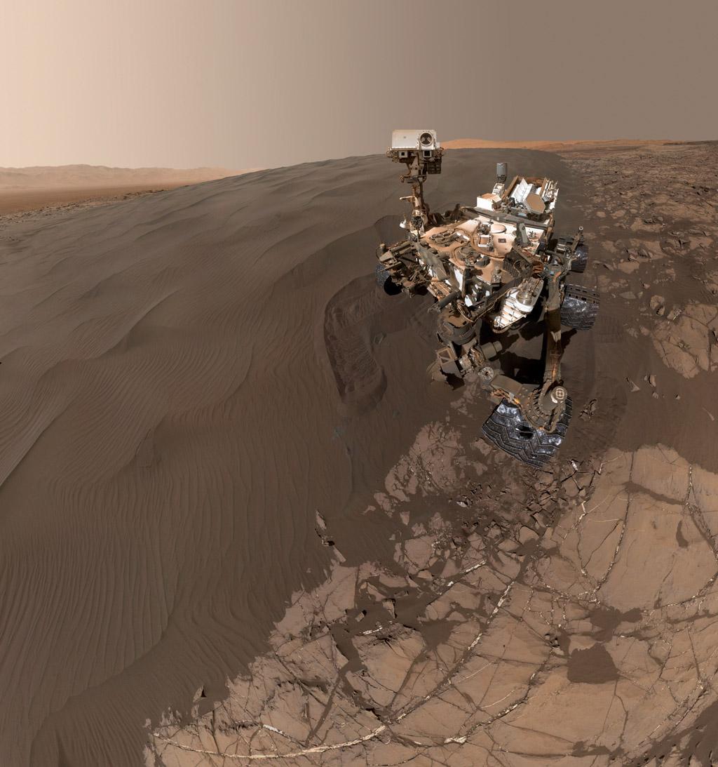 El autorretrato más reciente del rover de Marte Curiosity de NASA muestra el laboratorio móvil, que tiene el tamaño de un coche, junto a una duna oscura donde ha estado excavando y cribando muestras de arena. El nuevo selfie combina 57 imágenes tomadas por la cámara Mars Hand Lens Imager (MAHLI) del extremo del brazo de Curiositiy el pasado 19 de enero.