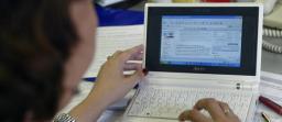trabajando una persona en el ordenador