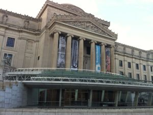 The front entrance of the Brooklyn Museum.