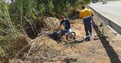 Carro atinge moto na Marginal do Rio Jundiaí
