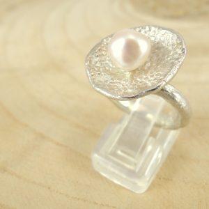 bague romance avec une corolle en argent 925 et perle d'eau douce blanche