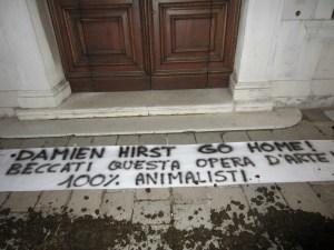 Protesta animalisti contro Damien Hirts