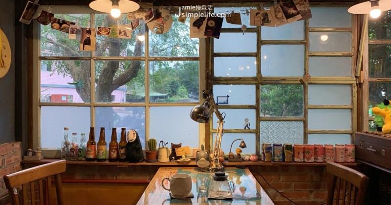 愛清靜,不安於室的心靈讓google map就像接通了任意門,簡單找到這扇四面通風,小而溫馨,擁有自然景觀的家門 Kamon Cafe 咖啡廳,即便位於淡水沒有大眾運輸可抵達的路段上,也想一嚐平價飲品,與少少旅人共處在如家般自在、溫暖的環境。