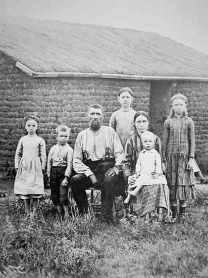 american-pioneer-family-c-1870_a-l-4055972-4990879