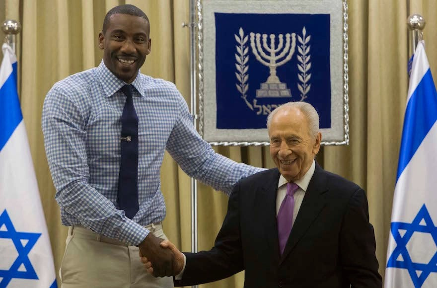 NBA player Amar'e Stoudemire, left, with former Israeli President Shimon Peres at the President's residence in Jerusalem on July 18, 2013. (Yonatan Sindel/Flash90)