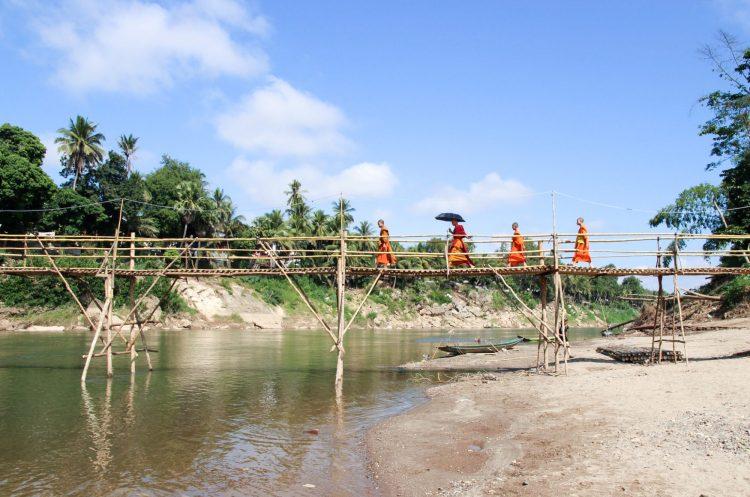 Pont en bambou à Luang