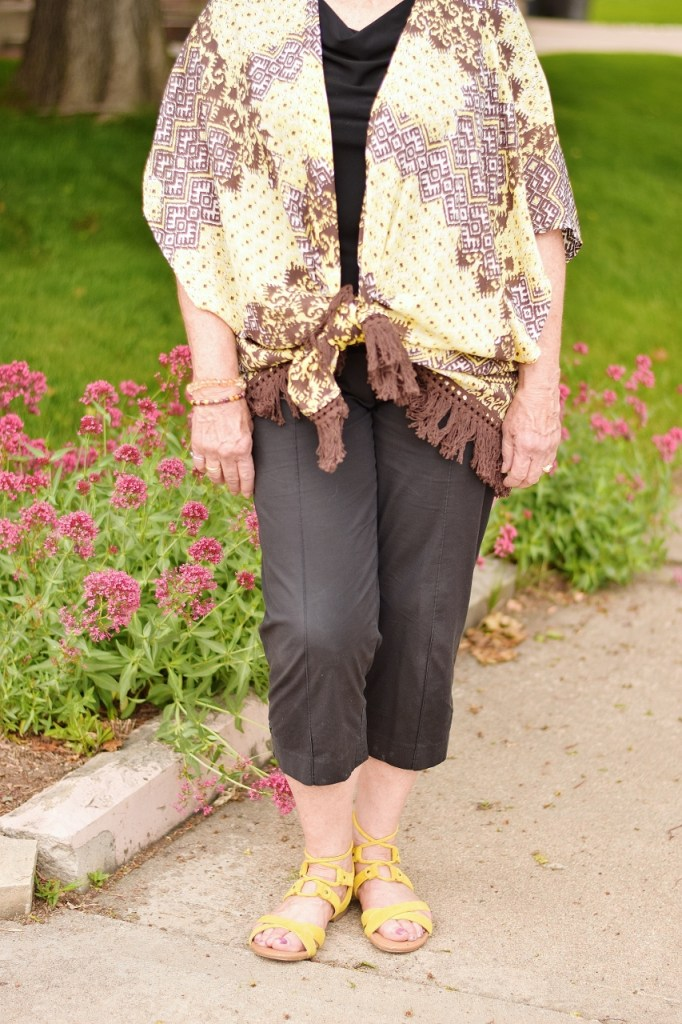 Women over 60 Wearing black clothes for summer with a kimono