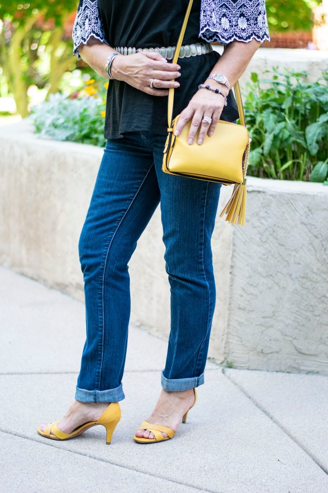 How to style a dressy outfit with jeans for women with lace