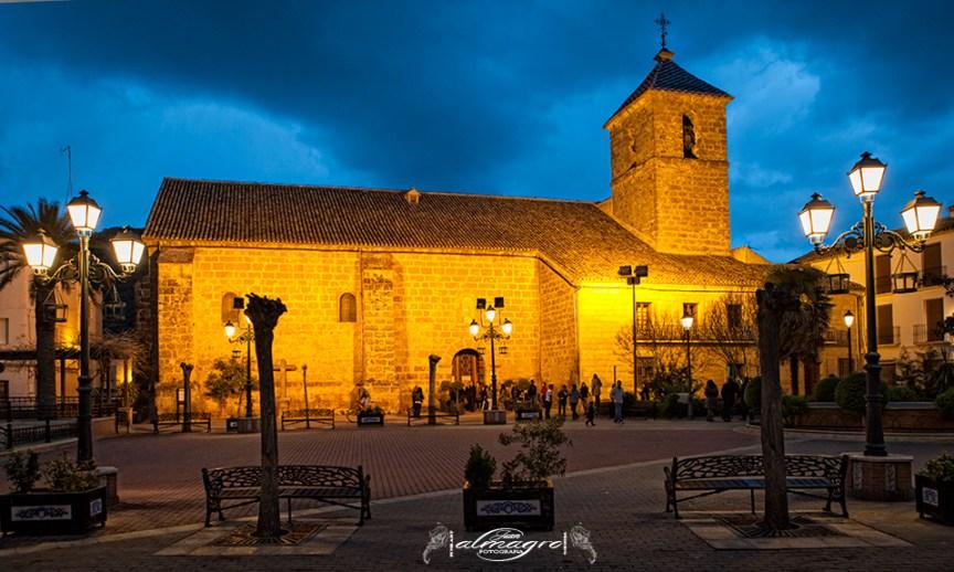 Valdepeñas de Jaén, Plaza de la constitución y de fondo la Iglesia de Santiago Apostol
