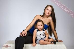 Fotografia de estudio de Mamás con niños correspondiente a la promocion I LOVE MAMI de Juan Almagro Fotografo de Bodas Jaén
