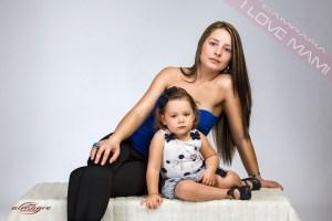 Fotografia en estudio de mamá con niños realizada para la promocion I LOVE MAMI del Fotografo Juan Almagro de Jaén