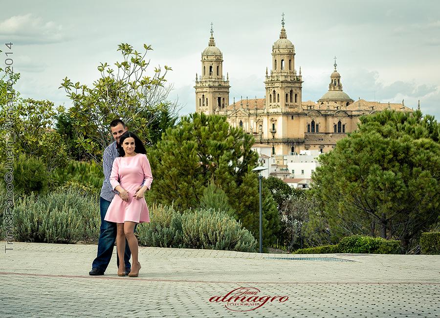 Sesión de fotos en exteriores para preboda por Juan Almagro Fotografos en el Parque del Seminario de Jaén