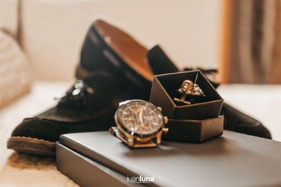 Detalle accesorios novio. Pandemic Wedding - El Reportaje de Bodas de Mercedes & Juan